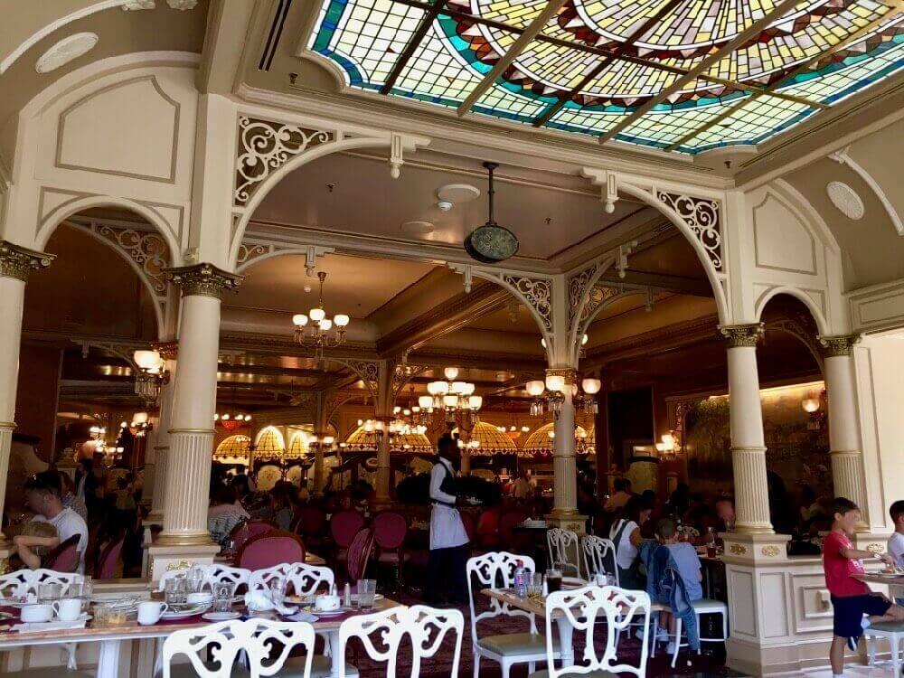 Interior del Buffet Plaza Gardens en Main Street de Disneyland Paris