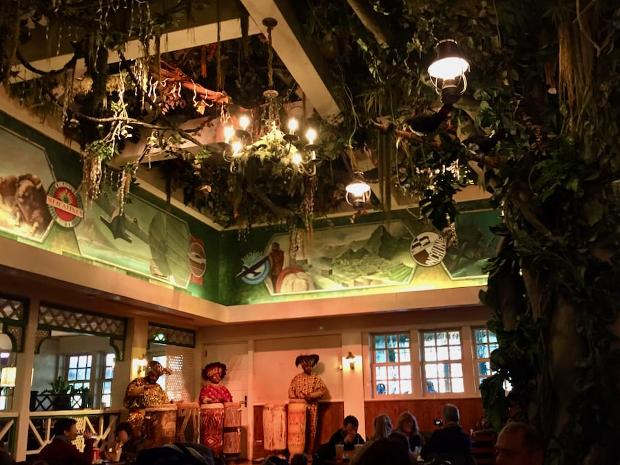 Interior del restaurante Colonel Hathis Pizza Outpost - Adventureland en Disneyland Paris