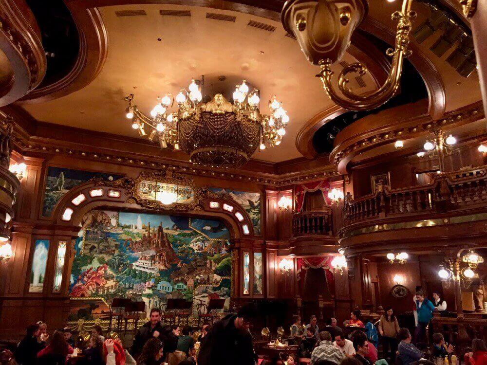 Interior del restaurante The Lucky Nugget Saloon en Frontierland de Disneyland Paris