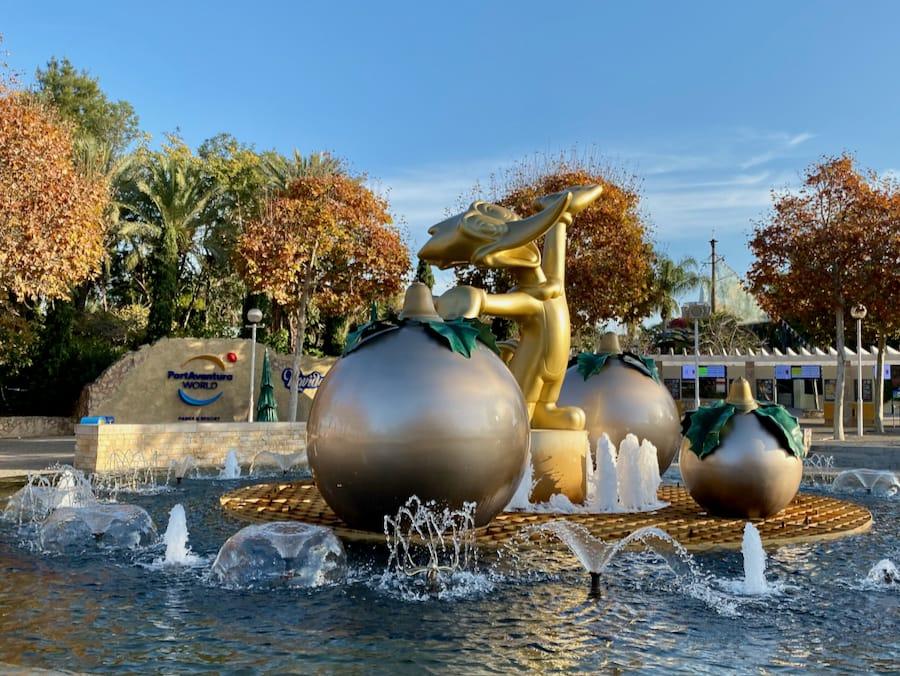 Navidad PortAventura - Fuente entrada taquillas con estatua de Woody