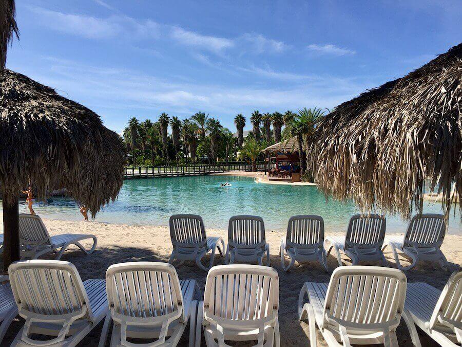 Playa de la piscina del hotel Caribe en PortAventura World