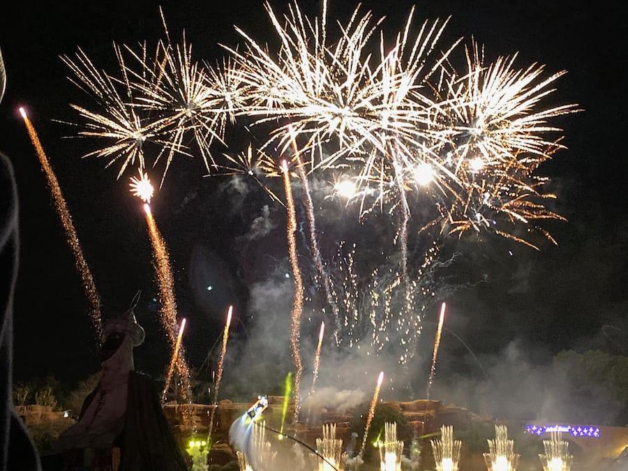 PortAventura Navidad - Espectáculo Llegada de los Emisarios Reales fuegos artificiales