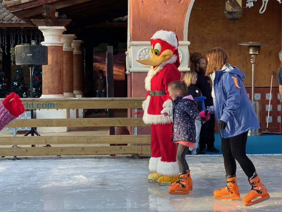 PortAventura Navidad - Woody Pájaro Loco en la pista de patinaje sobre hielo