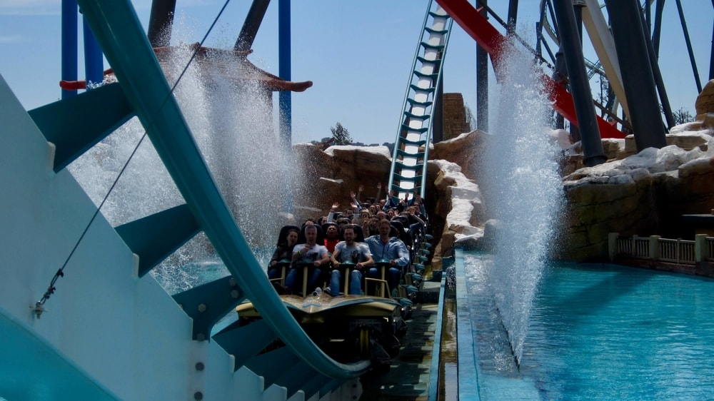 Tren de Shambhala en PortAventura al pasar por el Splash
