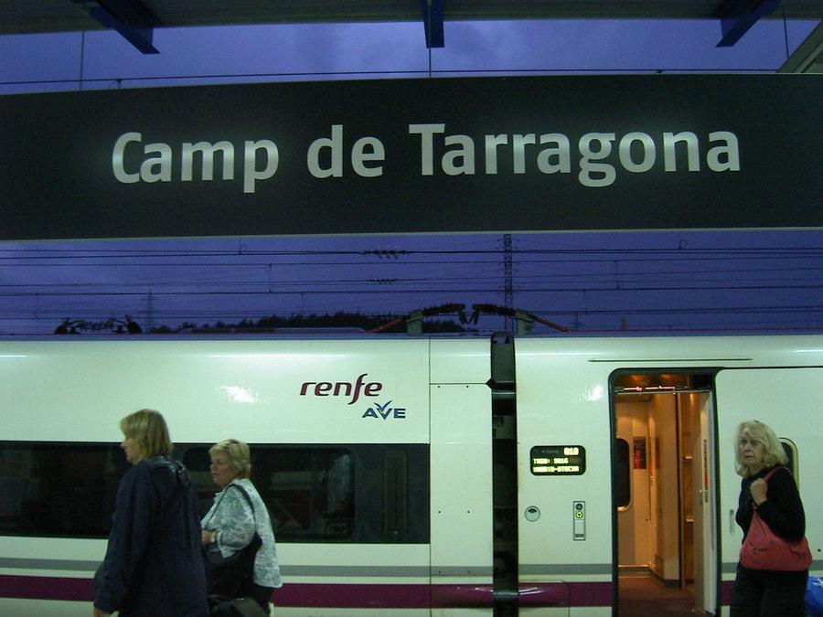 Letrero de estación de AVE Camp de Tarragona