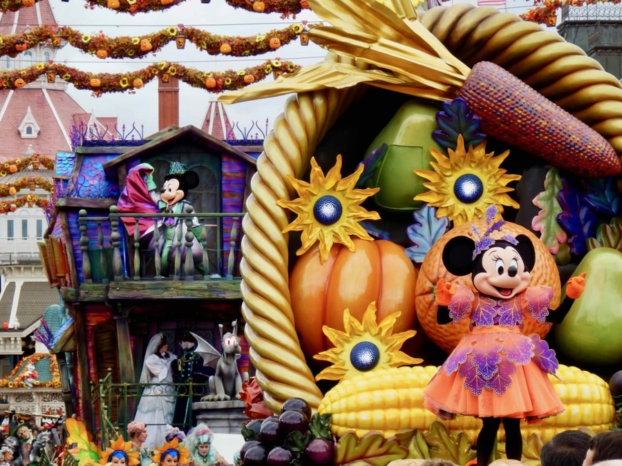 Mickeys Halloween Celebration - Mickey y Minnie en la cabalgata