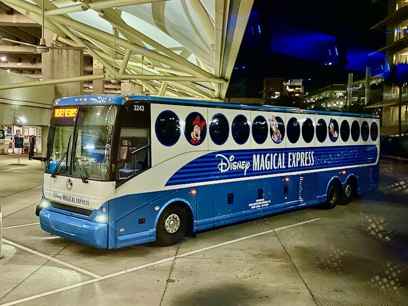 Bus Magical Express saliendo de Orlando International Airport camino de Walt Disney World