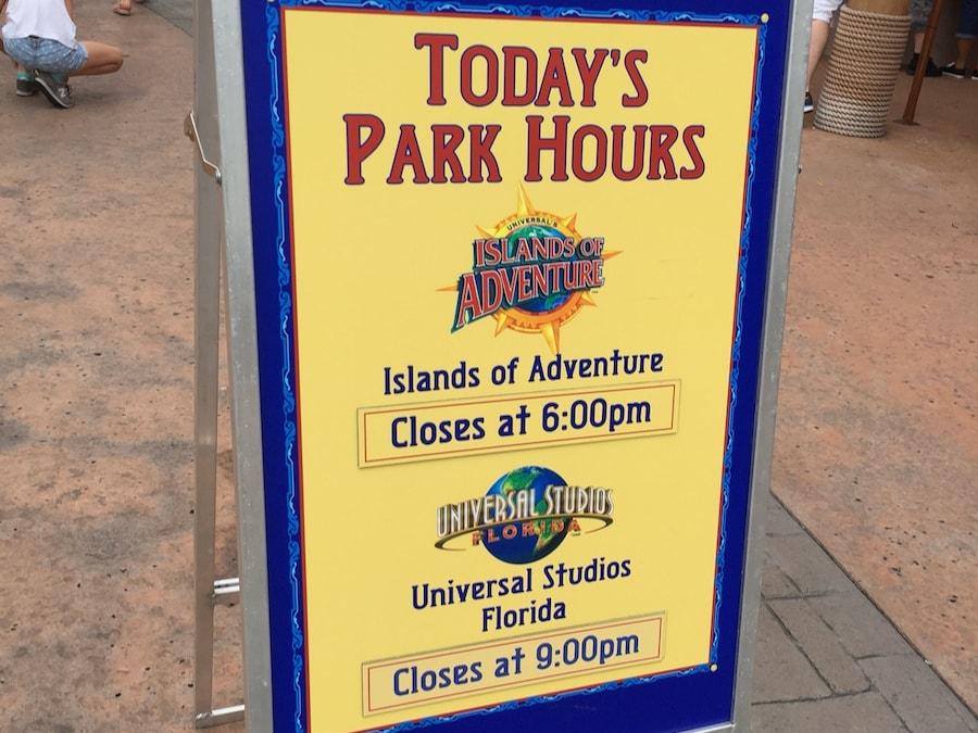 Cartel con los horarios de los parques de Universal Orlando