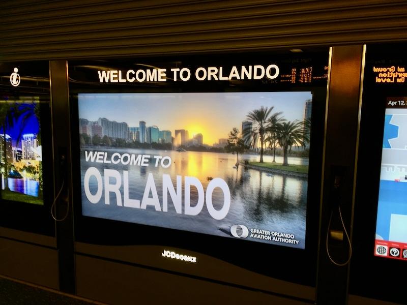 Cartel de Bienvenido a Orlando en el Aeropuerto Internacional
