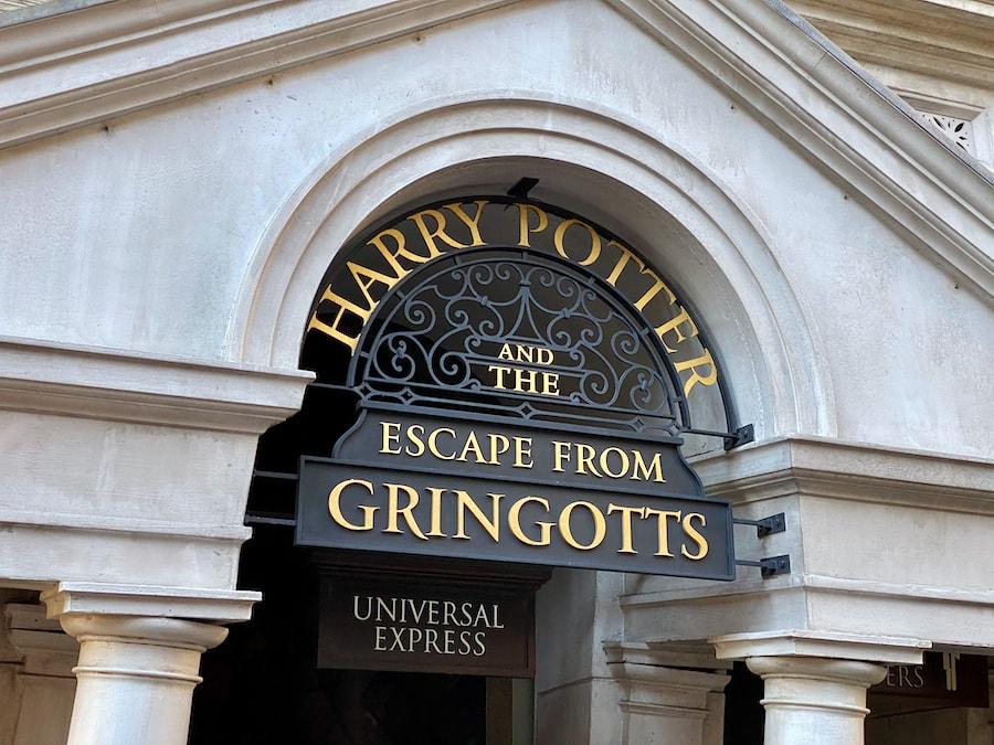 Cartel de Entrada a la atracción Harry Potter and the Escape from Gringotts en Universal Studios Florida