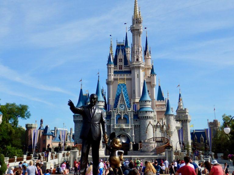 Castillo de Magic Kingdom con estatua Partners de Walt Disney y Mickey en primer plano