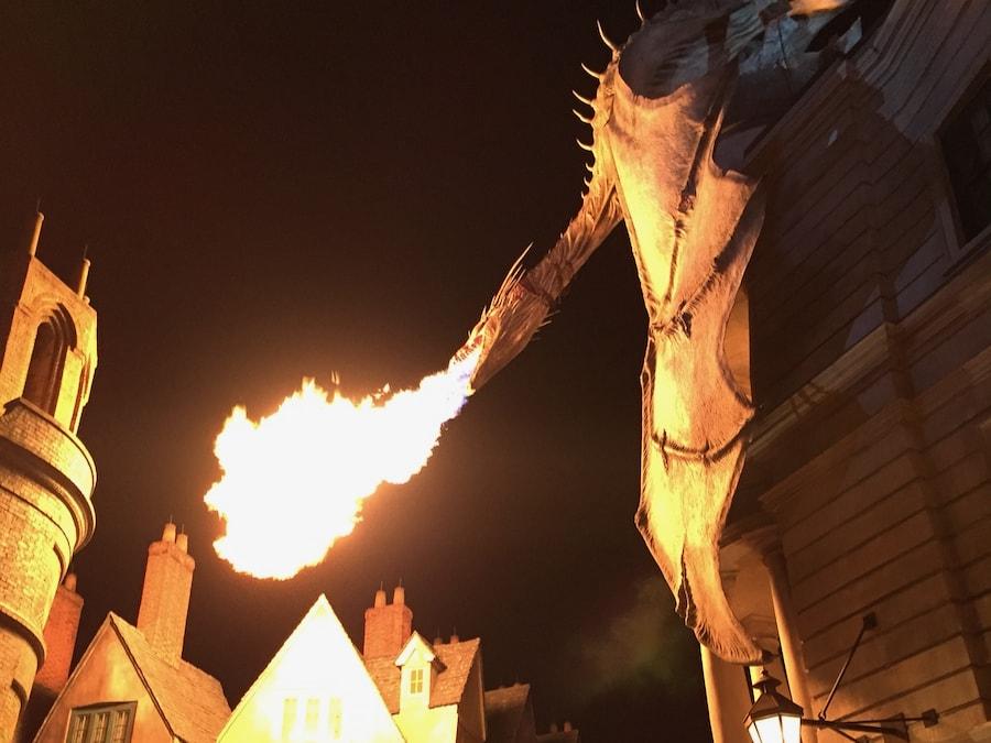 Dragón del Callejón Diagon echando fuego de noche en Universal Studios Florida
