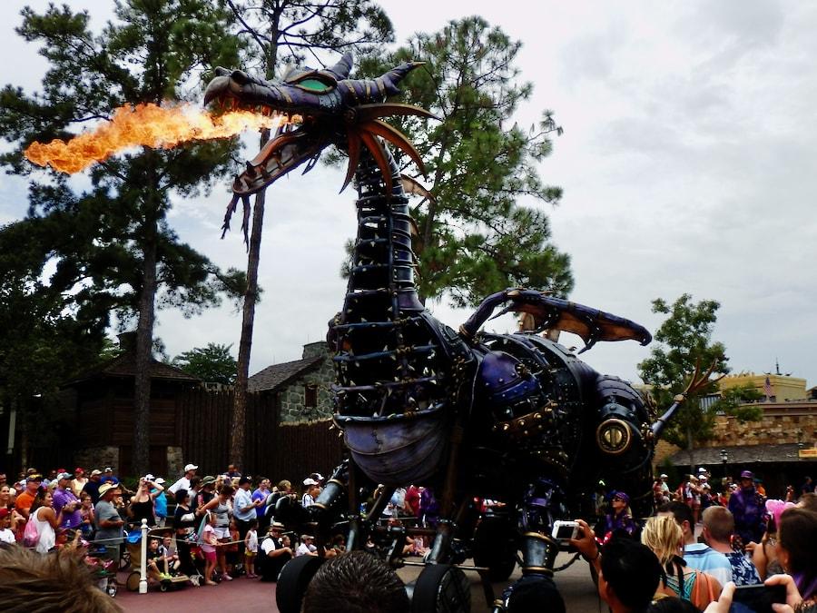 Dragón echando fuego en la cabalagata Festival of Fantasy en Magic Kingdom