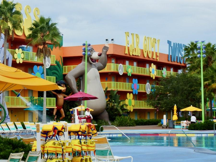 Exterior y piscina del hotel Pop Century Resort de Walt Disney World
