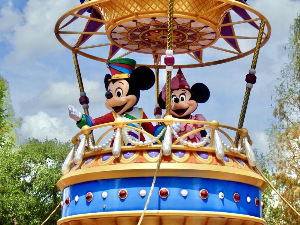 Mickey y Minnie en una carroza de Festival of Fantasy Parade en Magic Kingdom de Walt Disney World