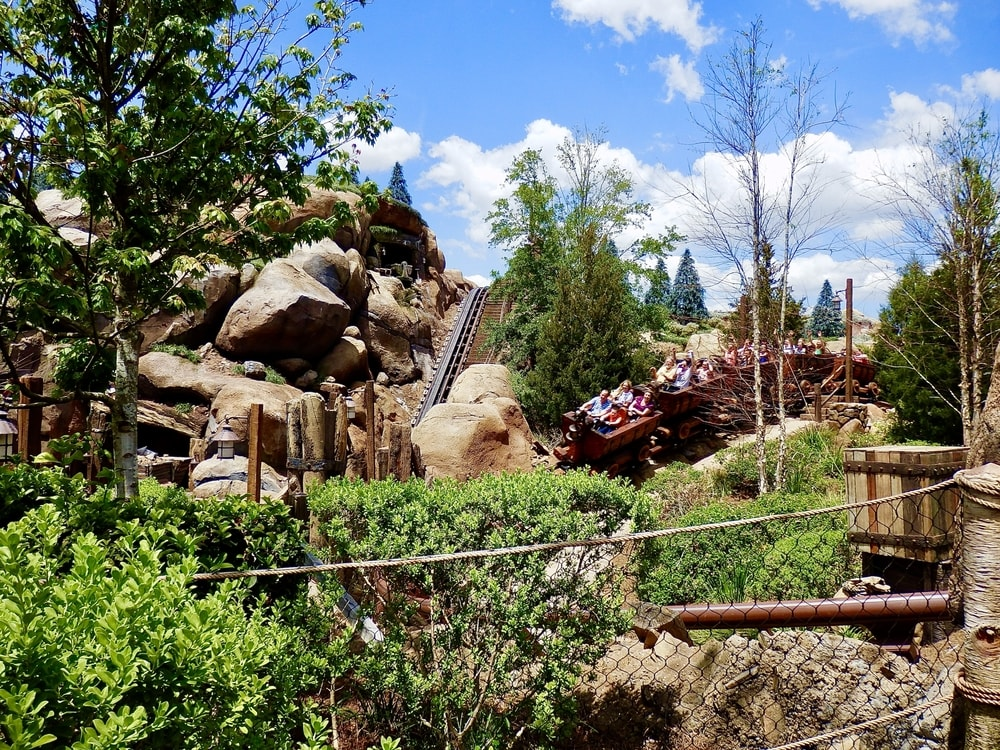 Montaña rusa Seven Dwarfs Mine Train de Magic Kingdom en Walt Disney World