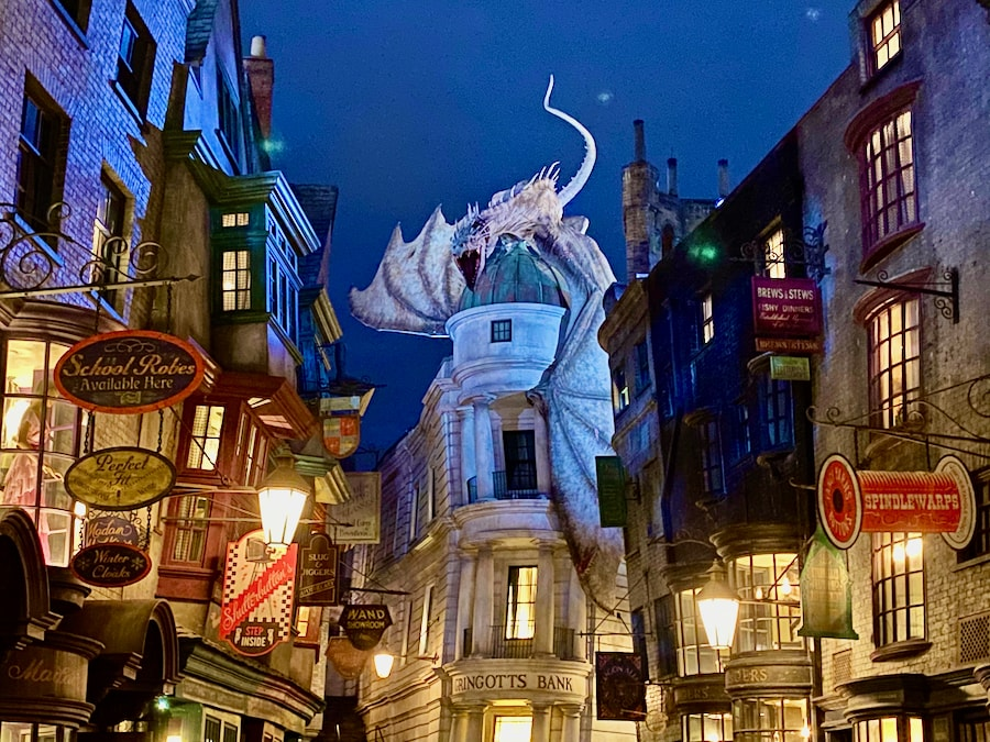 Vista del Callejón Diagon de noche en Universal Studios Florida