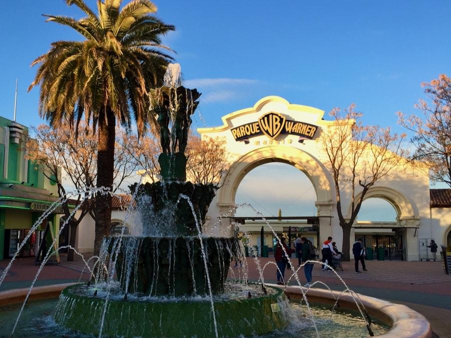 Arco de entrada y fuente de Hollywood Boulevard en Parque Warner