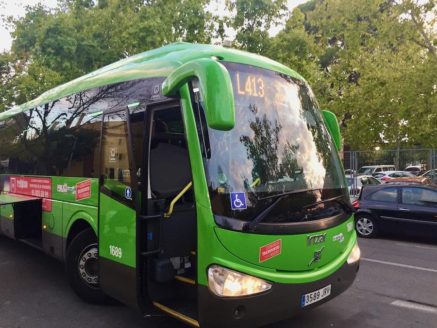 Bus Línea 413 de Pinto a Parque Warner