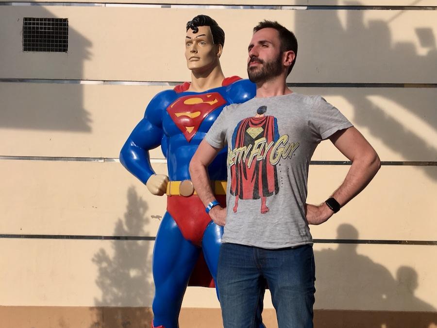Foto con figura de Superman en Parque Warner