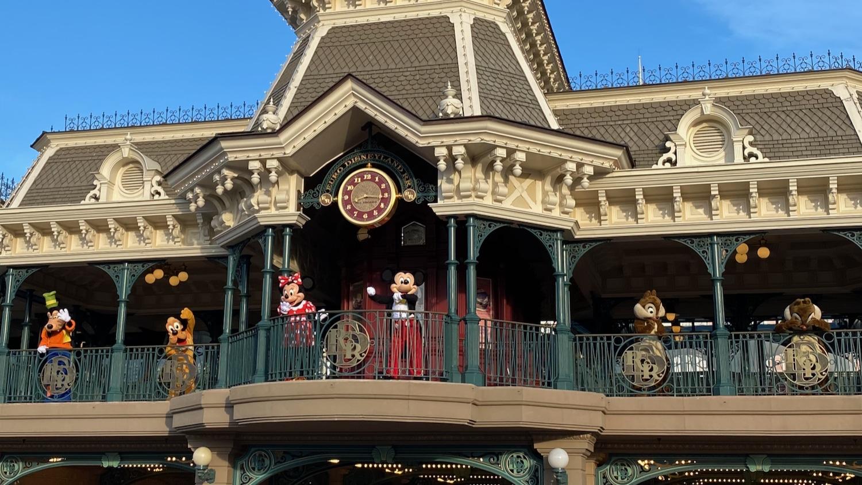 Mickey Minnie Goofy Pluto Chip y Chop despidiendo a los visitantes de Disneyland Paris