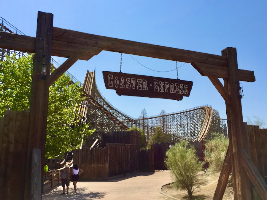 Montaña Rusa Coaster Express en Parque Warner