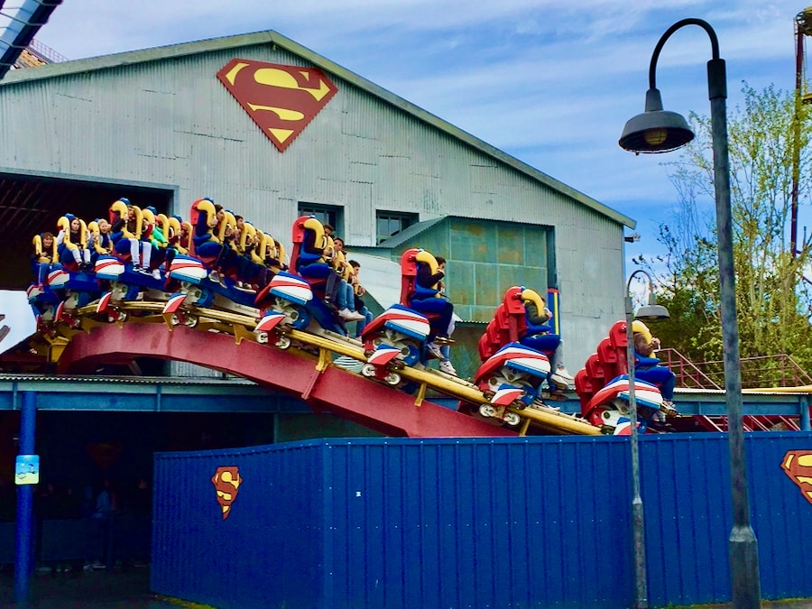 Montaña Rusa Superman la Atracción de Acero en Parque Warner