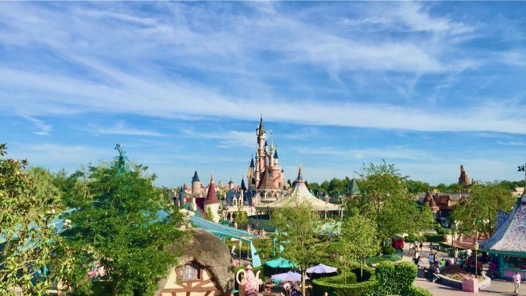 Paisaje de Disneyland Paris desde el castillo del Laberinto de Alicia