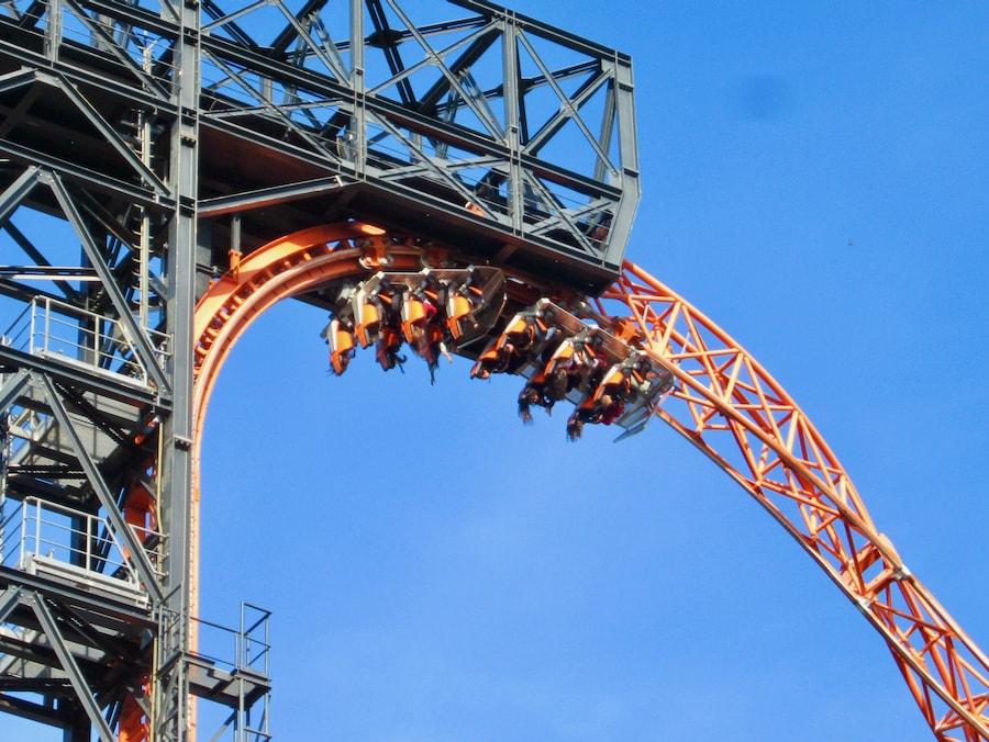 Tren de la montaña rusa Abismo en el Parque de Atracciones de Madrid boca abajo