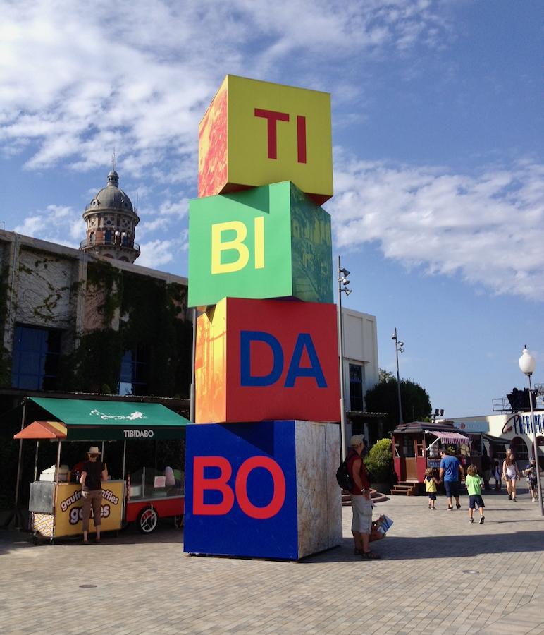 Cubos de la entrada al parque de atracciones Tibidabo