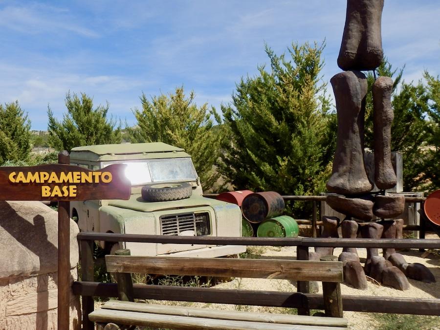 Jeep y esqueleto de dinosaurio de la Paleosenda de Dinópolis Teruel