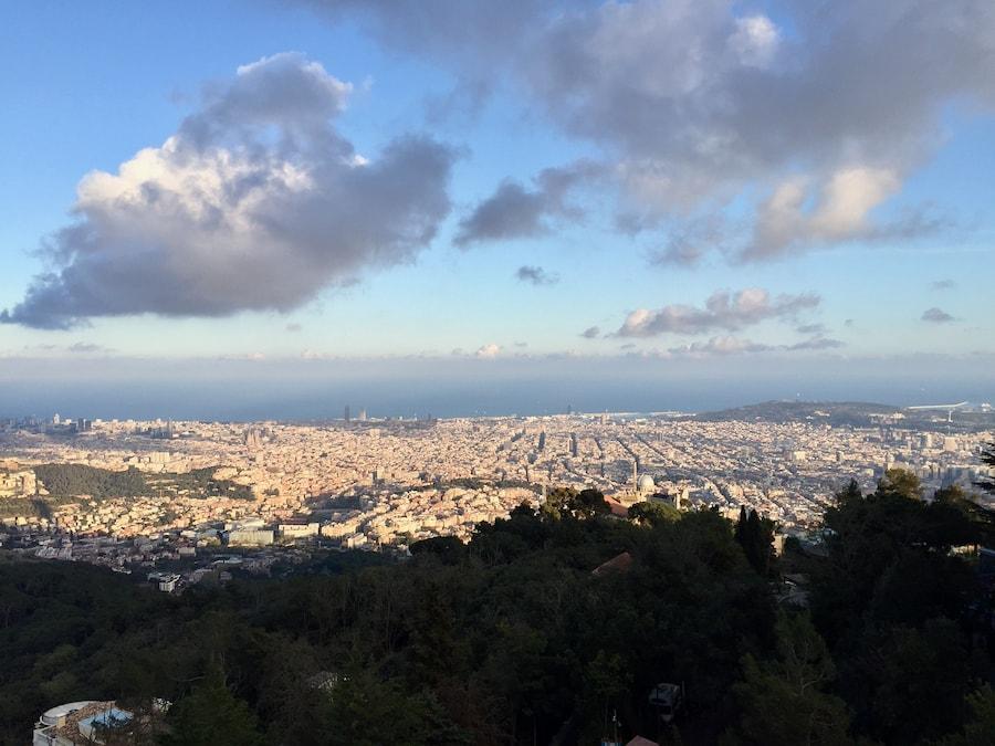 La Ciudad de Barcelona desde el parque de atracciones de Tibidabo