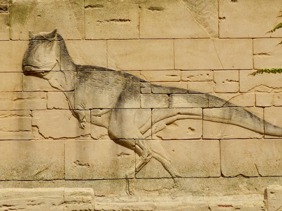 Relieve de dinosaurio en Dinópolis Teruel