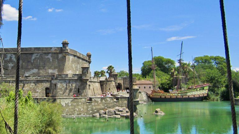 Vista de la zona de Puerta de América del parque temático Isla Mágica en Sevilla
