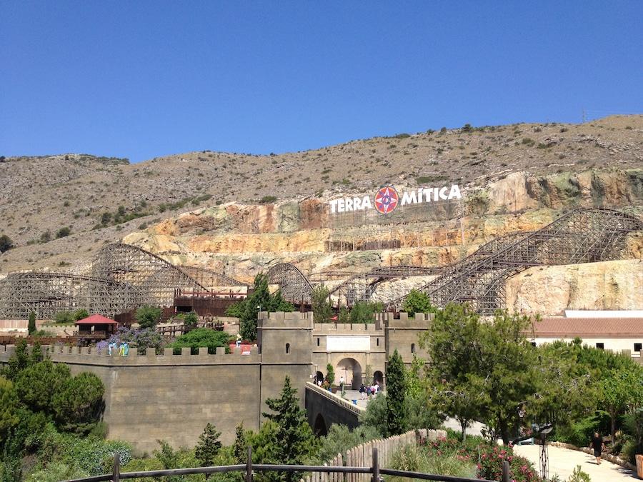 Vista del cartel de Terra Mítica en la montaña