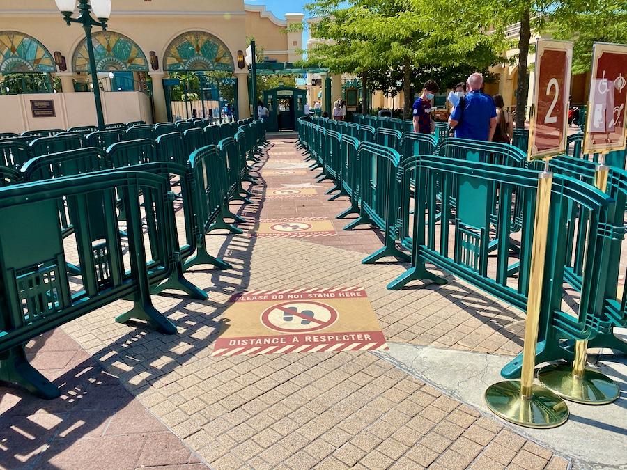 Acceso a Walt Disney Studios Park en Disneyland Paris con marcadores de distancia de seguridad