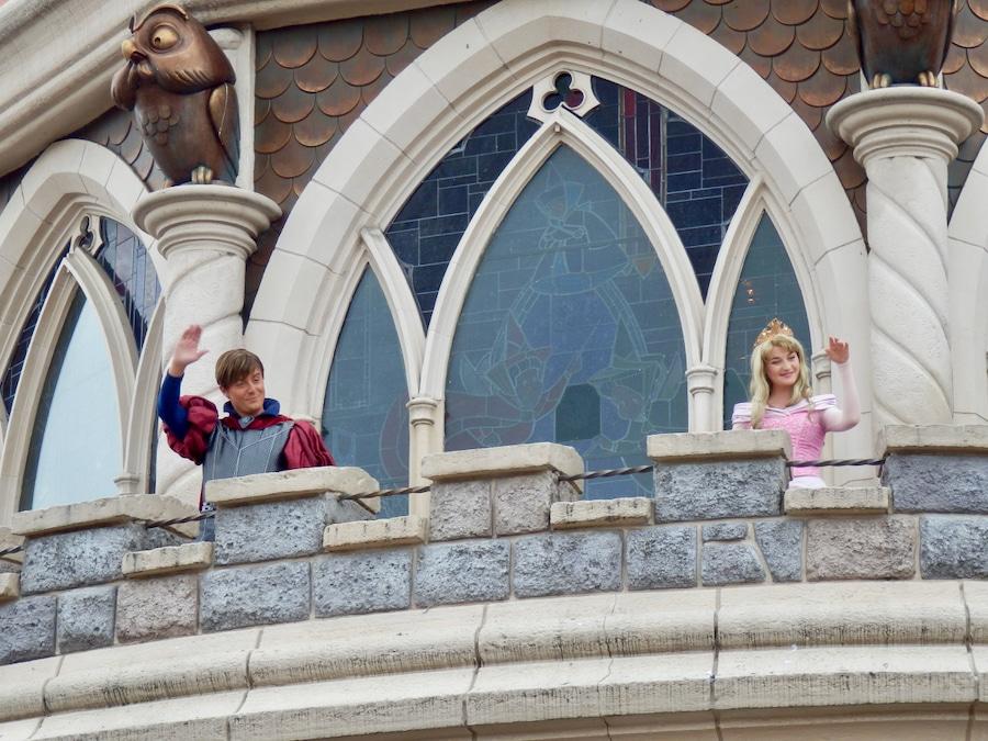 Aurora y el Príncipe Felipe en el balcón del castillo de Disneyland Paris