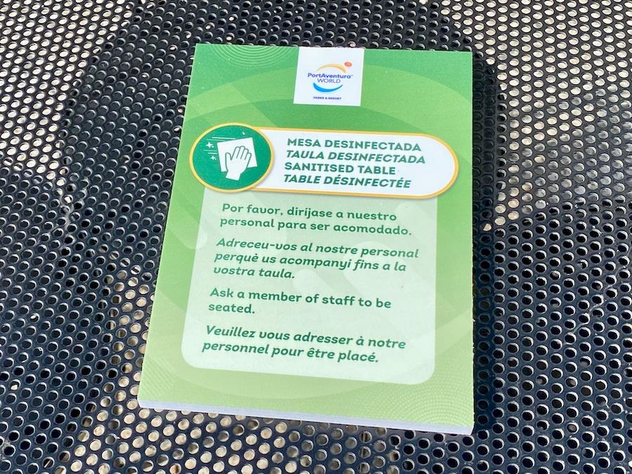Cartel de desinfección de mesa en los restaurantes de PortAventura