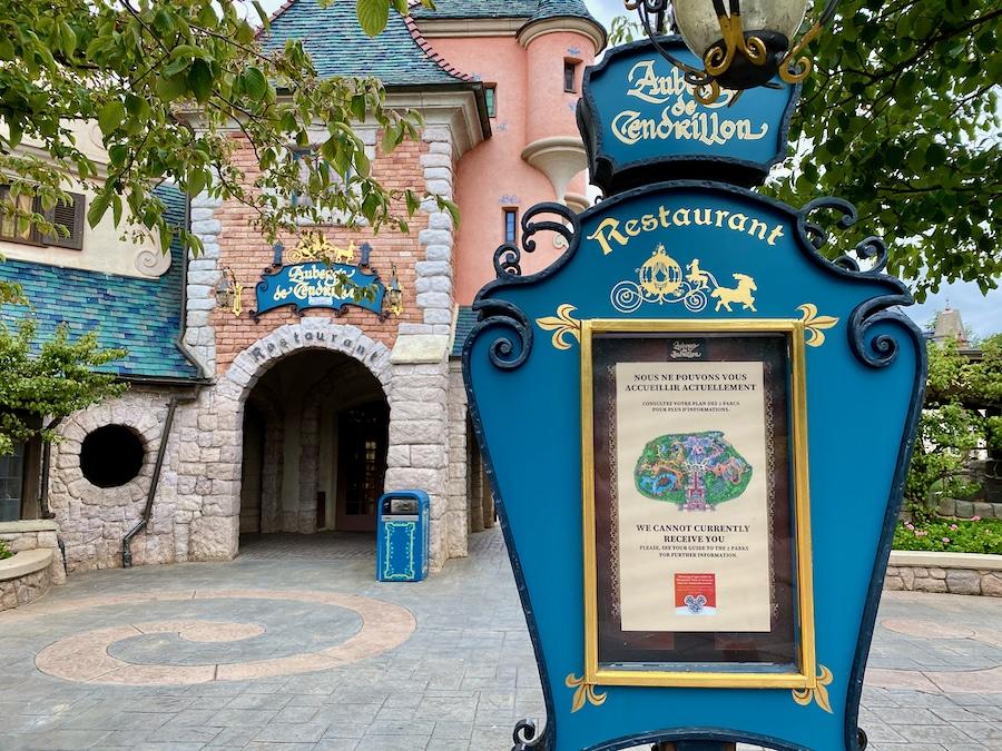 Cartel del restaurante Auberge de Cendrillon de Disneyland Paris cerrado