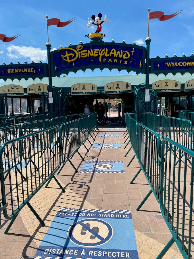 Colas con separadores de distancia de seguridad en el acceso a Disneyland Paris