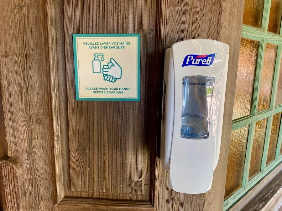 Dispensador de gel hidroalcohólico antes de subir a una atracción de Disneyland Paris