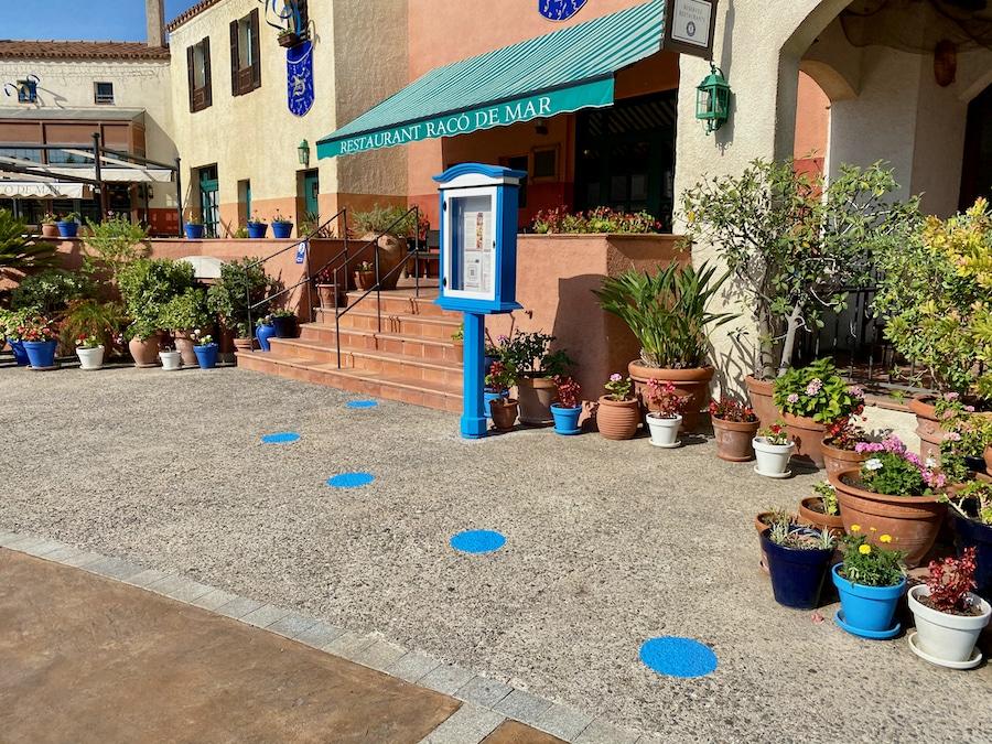 Distancia de seguridad en acceso a restaurante Racó de Mar en PortAventura