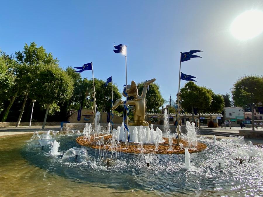 Fuente de taquillas de PortAventura con decoración del 25 aniversario