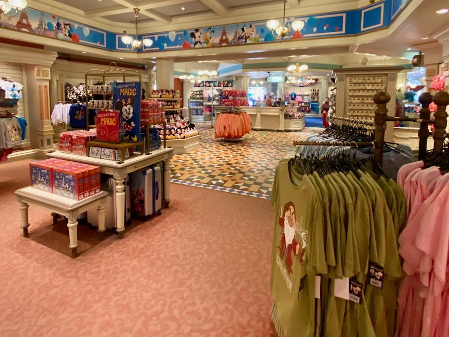 Interior de la tienda Emporium de Disneyland Paris con más espacio para mantener la distancia de seguridad