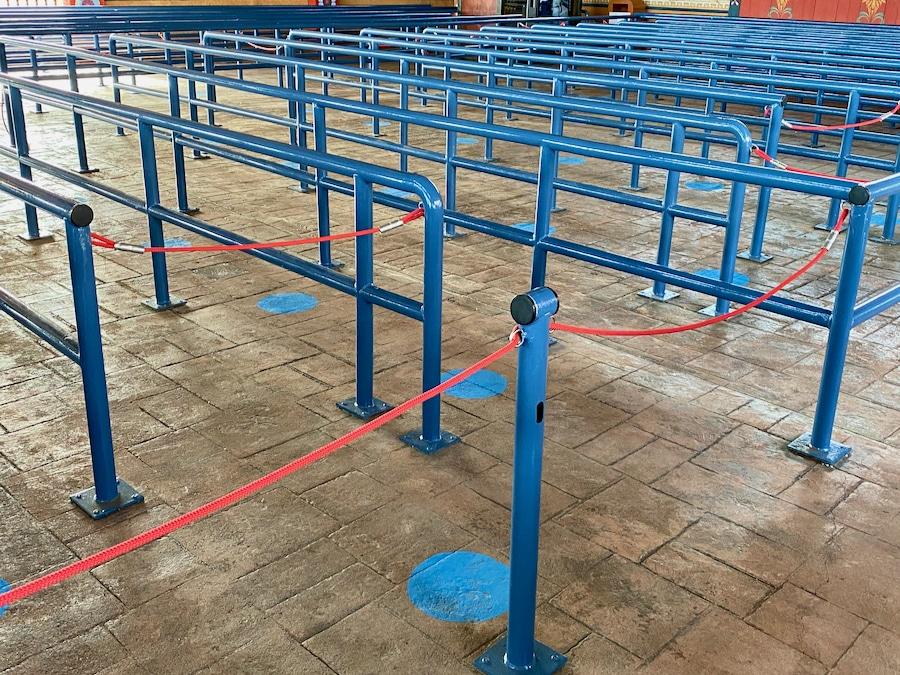 Marcadores de distancia de seguridad en las colas de Shambhala de PortAventura