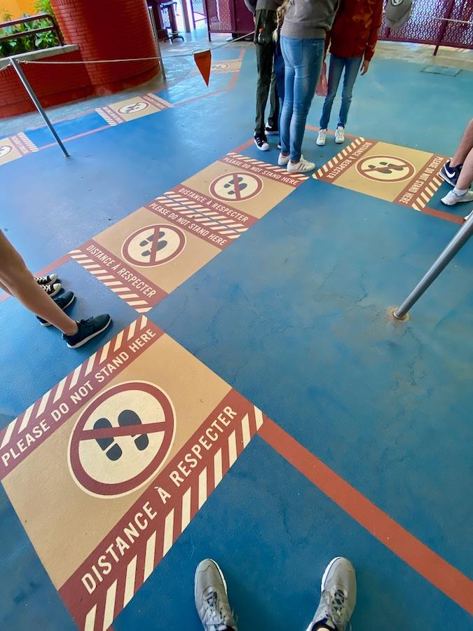 Marcadores de distancia de seguridad en las colas de Walt Disney Studios en Disneyland Paris
