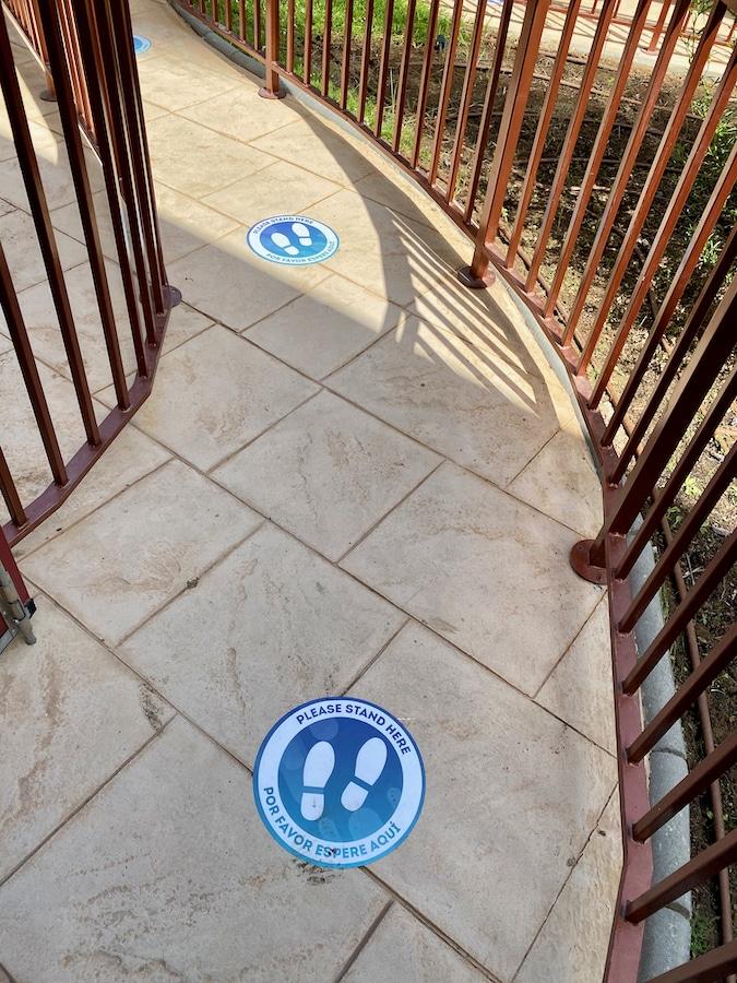 Marcas de distancia social en las colas de PortAventura