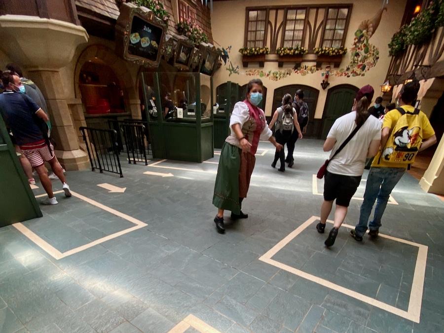 Marcas en el suelo para mantener la distancia de seguridad en el restaurante au Chalet de la Marionnette de Disneyland Paris