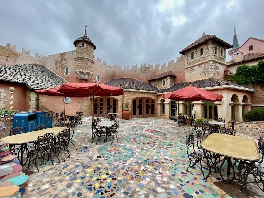 Mesas del restaurante Bella Notte de Disneyland Paris separadas para mantener la distancia de seguridad