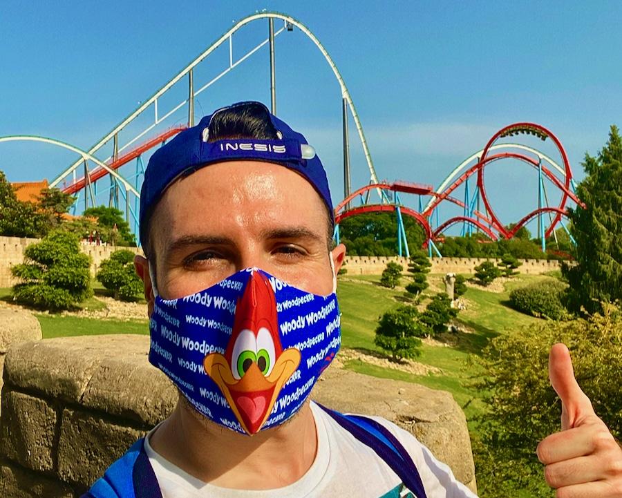 PortAventura chico con mascarilla de Woody Woodpecker con Shambhala y Dragon Khan